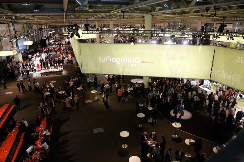 Dialog plus Stimmungsbild von oben Mitarbeiterevent Raiffeisen Schweiz